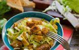 Салат с молодой капустой, ветчиной и сухариками
