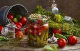 Кисло-сладкие маринованные помидоры с чесноком и корнишонами
