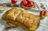 Ароматный пирог из слоёного теста с творогом, яблоком и корицей
