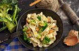 Домашняя лапша с соусом из мидий и брокколи
