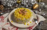 Вегетарианский салат с кальмарами и кукурузой