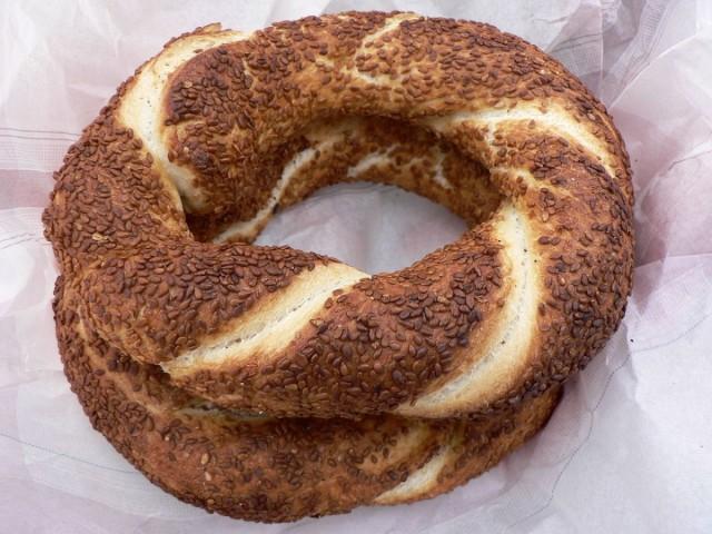Симит, греческое и турецкое хлебобулочное изделие с кунжутом