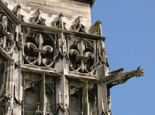 Деталь фриза из флер де лис на переднем фасаде собор Св. Петра и Павла в Труа, ХIII в.