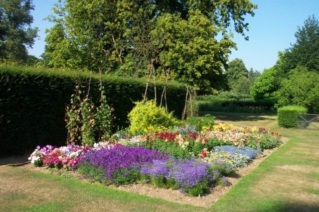 Цветник (Flower garden)