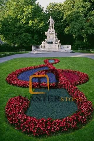 Оформление клумбы цветами и декоративным щебнем в парке