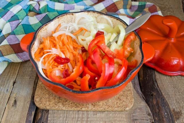Добавляем к помидорам морковь, лук и перец