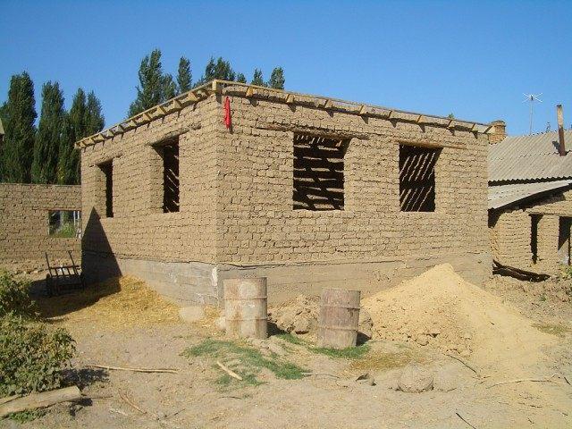 Строящийся дом из самана