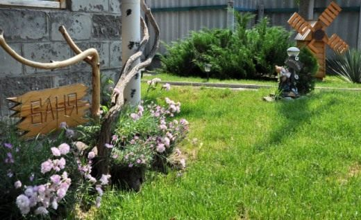 Лучшим окружением для деревянных поделок будет зелёная лужайка