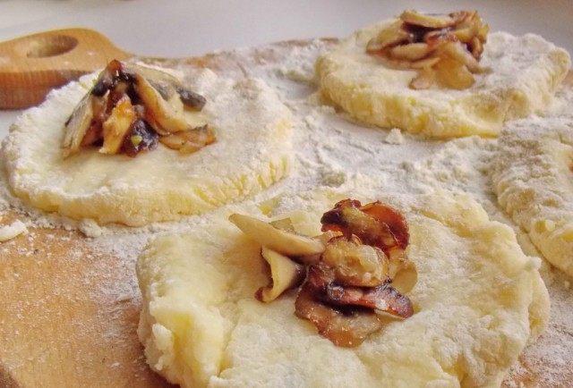 Сформировав из картофеля лепешки, выложим на них грибы