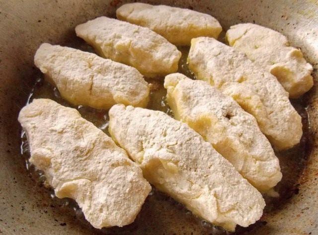 Закрытые картофельные зразы выложим на сковороду с разогретым маслом