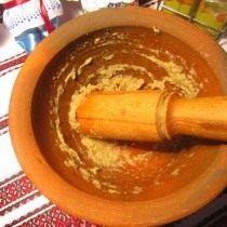 Размелите чеснок и перец в ступке
