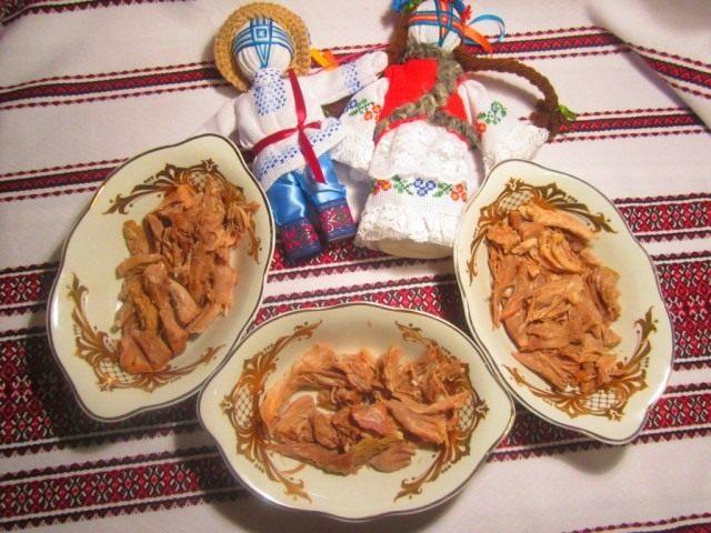 Разобрать мясо для холодца от костей и выложить его в блюда