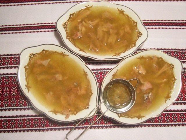 Залейте полученный бульон в блюда для холодца