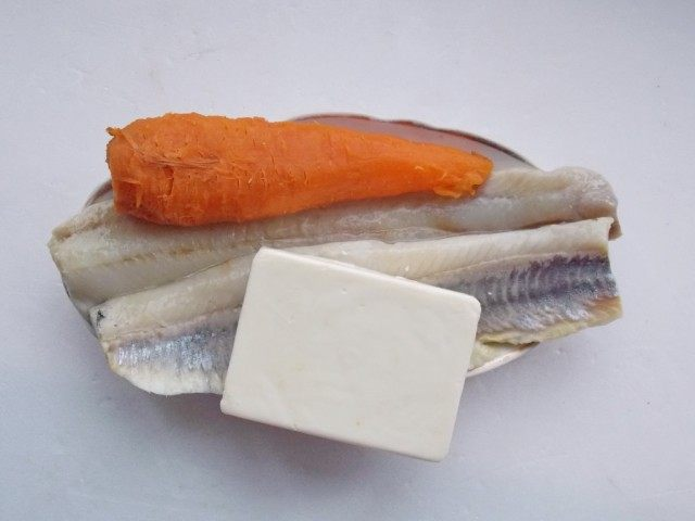 Отварим морковку и почистим селёдку