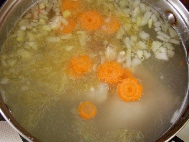 Заправим бульон нарезанными овощами