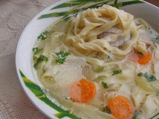 Свежий куриный суп с домашней лапшой