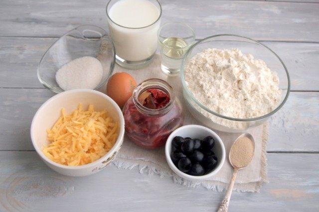 Ингредиенты для пирога-рулета с маслинами, вялеными перцами и сыром
