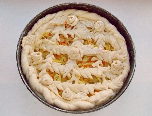 Пирог можно украсить косичками, розочками