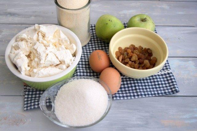 Ингредиенты для пирога-сырника с яблоками и изюмом