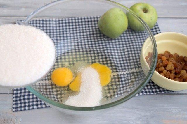 Смешайте яйца и сахар