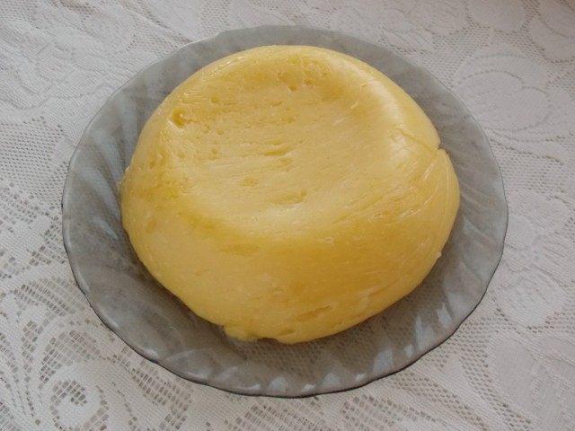 Домашний сыр остыл и сформировался