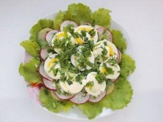 Смазываем яйца заправкой и присыпаем зеленью