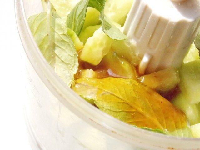 Выкладываем в блендер мяту, огурцы, мёд, и лимонный сок