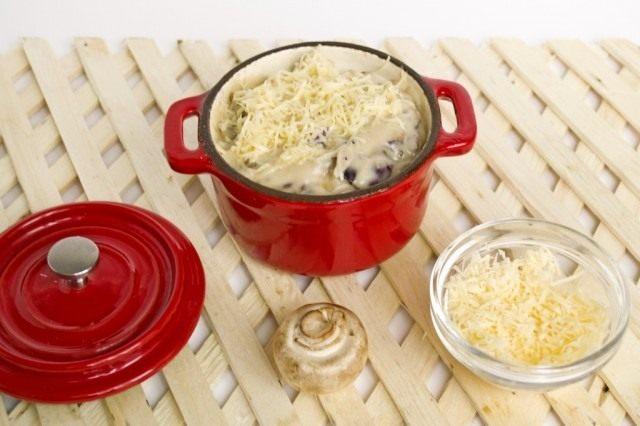 Покрываем тёртым сыром и ставим запекаться