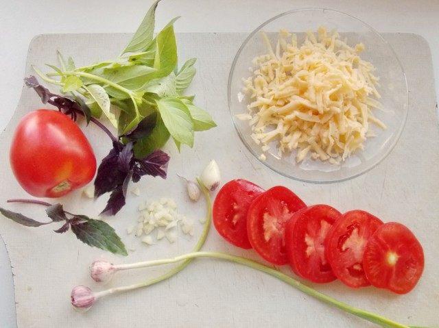 Также нарежем овощи и натрём сыр