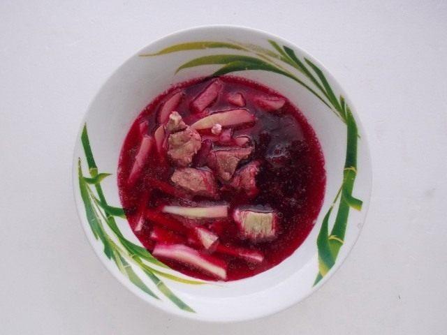 Заливаем нарезанные овощи заправкой из сока свеклы