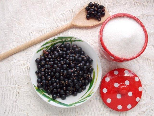 Ингредиенты для приготовления чёрной смородины, протёртой с сахаром