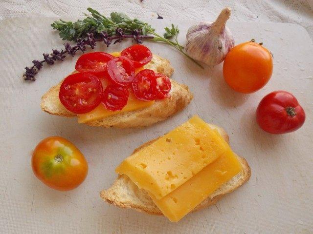 Выкладываем слоями на хлеб начинку