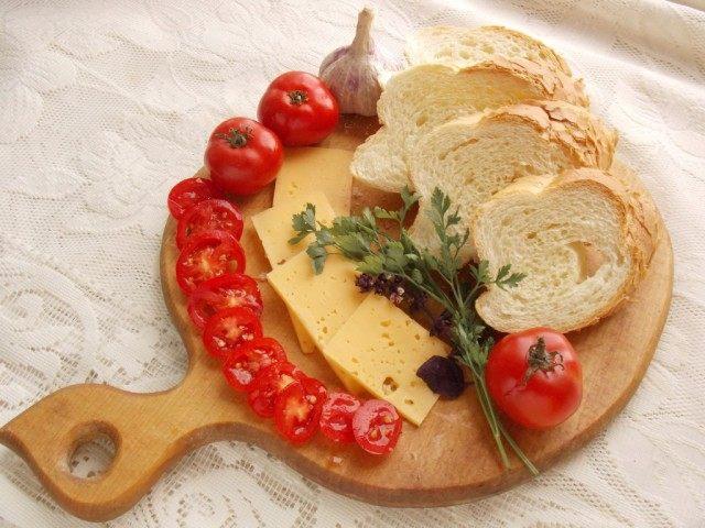 Нарежем сыр, томаты и зелень