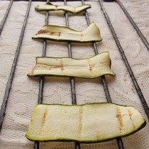 Обжариваем кабачки на решетке