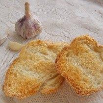 Натрём хлеб чесноком