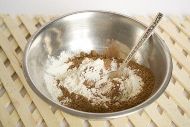 Отдельно смешиваем сухие ингредиенты