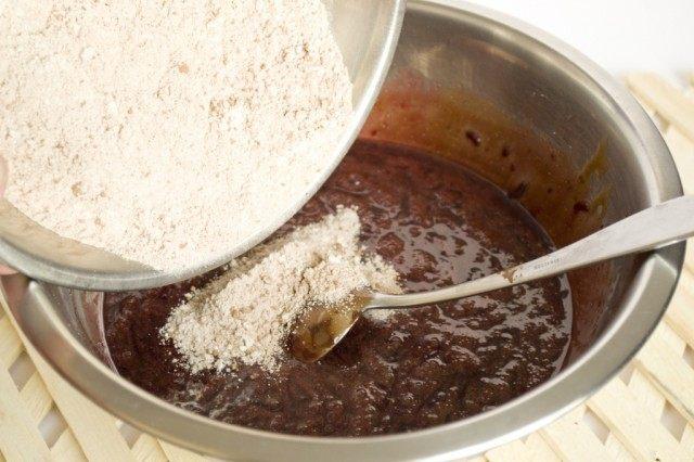 Соединяем сухие и жидкие ингредиенты