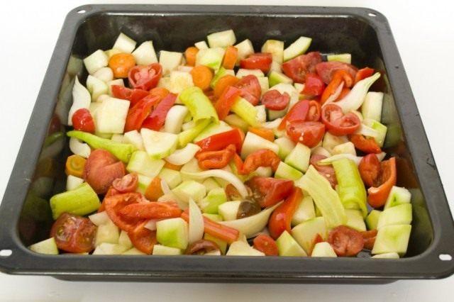 Выкладываем овощи на противень и смешиваем с маслом
