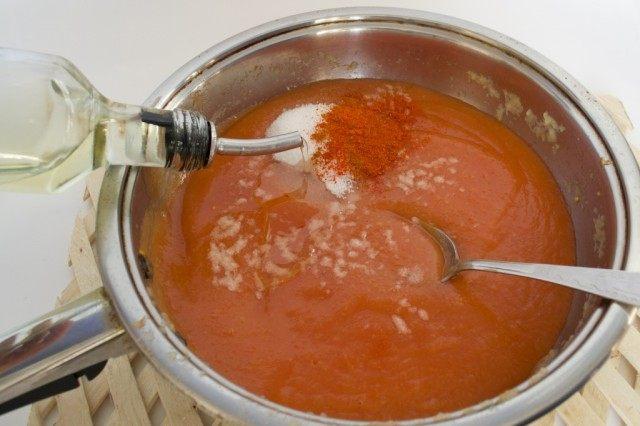 Добавляем в кетчуп специи и растительное масло