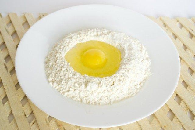 Замешиваем тесто для домашней лапши