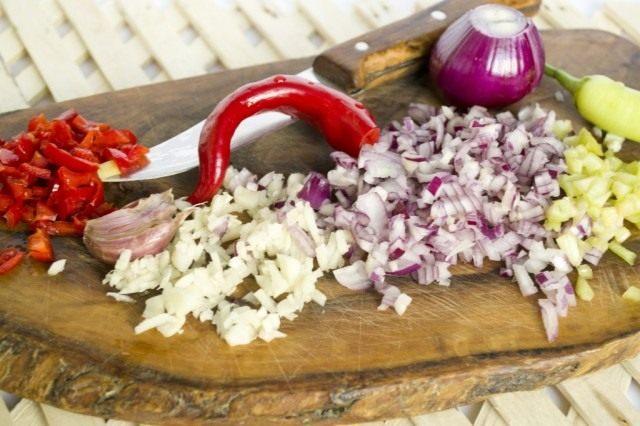 Мелко нарезаем овощи для соуса и обжариваем