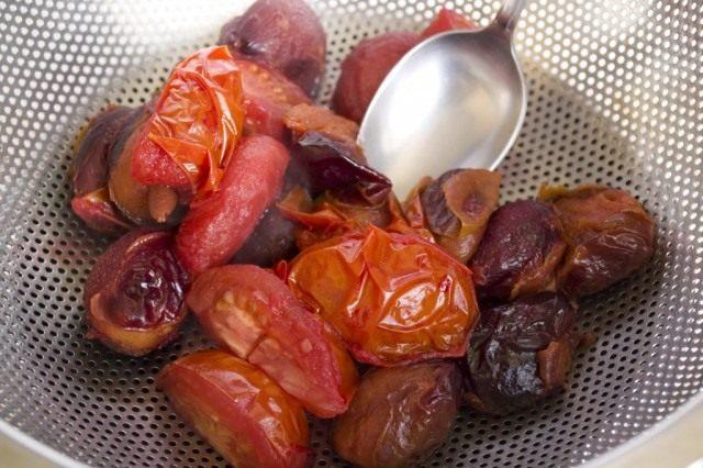 Отваренный томаты и сливы протираем через сито