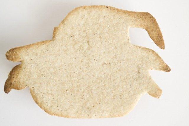 По эскизу вырезаем из теста заготовки и выпекаем печенья