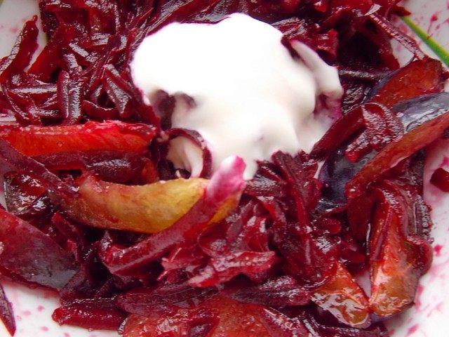 Добавляем в салат йогурт и перемешиваем