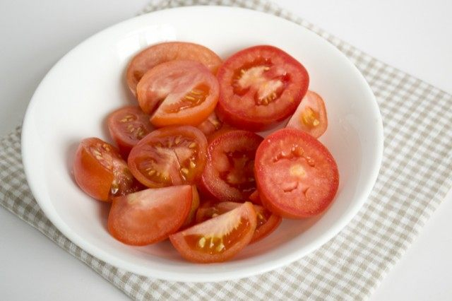 Нарезаем томаты