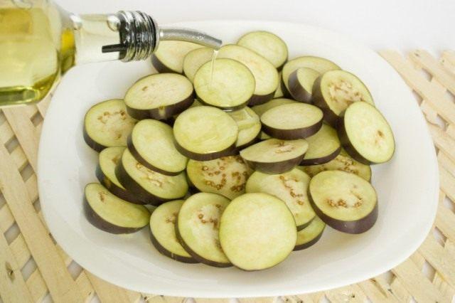 Нарезаем баклажаны и поливаем растительным маслом