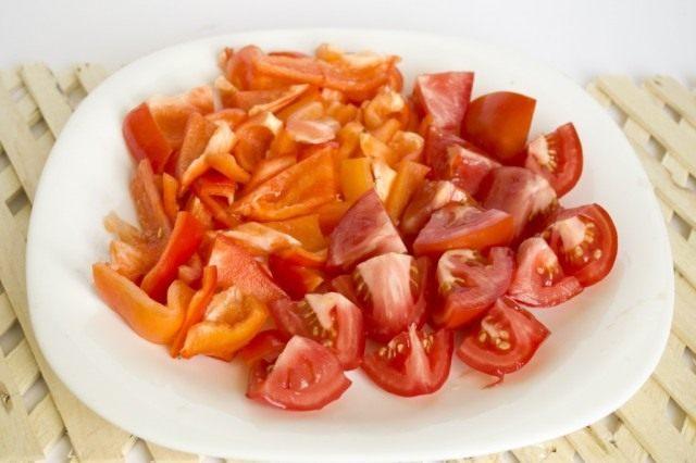 Нарезаем сладкий перец и томаты