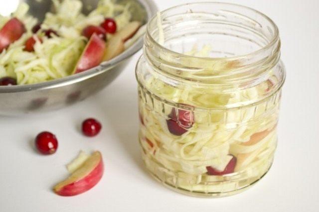 Заполняем банки капустой с фруктами и маринадом