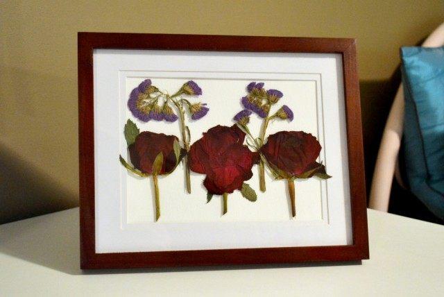 Цветки розы и лимониума из букета в декоративном гербарии