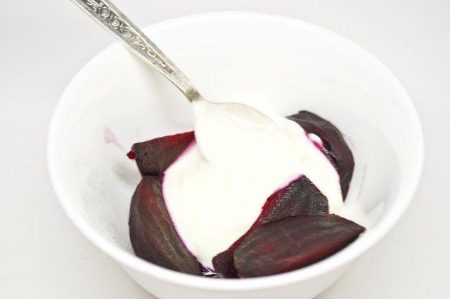 Добавляем к отваренной свекле греческий йогурт и соль